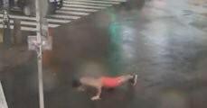 【台風19号】ライブカメラに上半身裸で腕立て伏せをする男が乱入