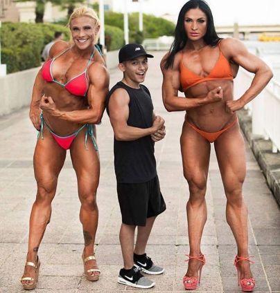 【画像】この筋肉美女2人に押し倒されたらどうする?