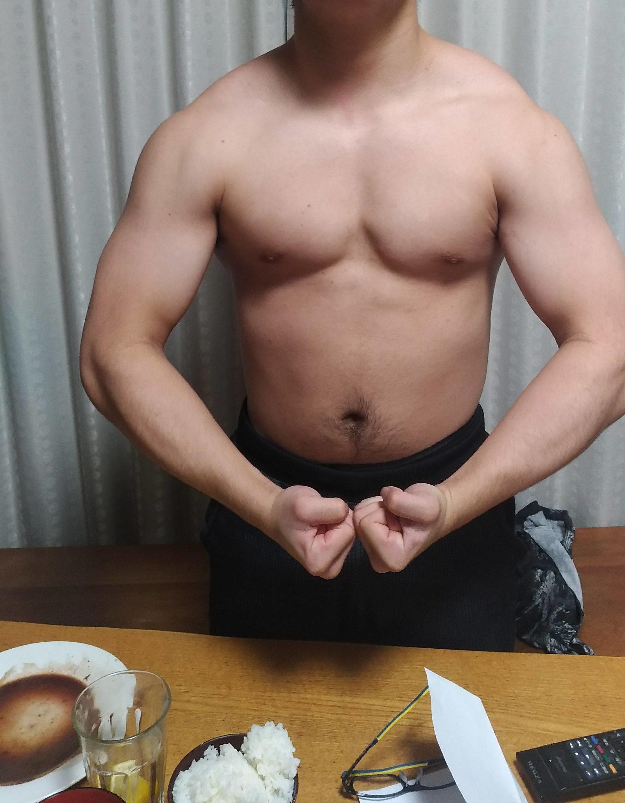 ワイ筋トレ半年の身体つきww